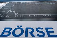 12.03.2020, Hessen, Frankfurt/Main: Die Kurve des DAX auf der Anzeigetafel im Handelssaal der Börse in Frankfurt.   Der Deutsche Aktien Index (DAX) war zum Handelsstart erstmals seit 2016 unter die 10.000-Punkte-Marke gerutscht. Auslöser sind erneut Sorgen wegen der konjunkturellen Folgen der Coronavirus-Pandemie. Foto: Boris Roessler/dpa +++ dpa-Bildfunk +++