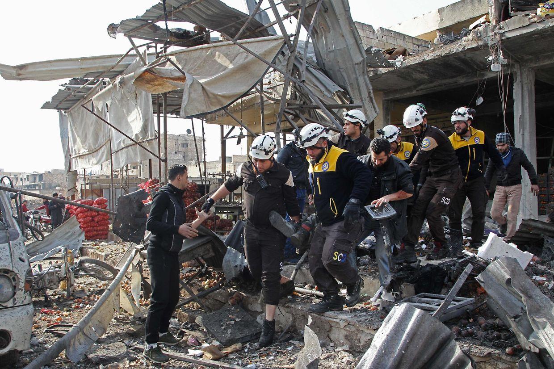 Rettungskräfte bergen Tote und Verletzte aus den Trümmern.