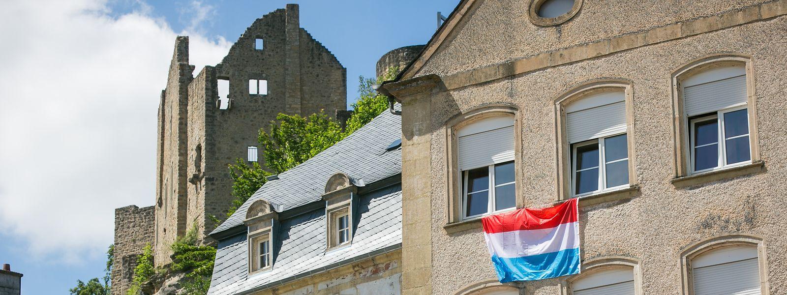 Die Burg Fels ist das Wahrzeichen der Ortschaft nahe dem Müllerthal. Von den rund 2.150 Einwohnern der Gemeinde sind circa 42 Prozent Portugiesen.