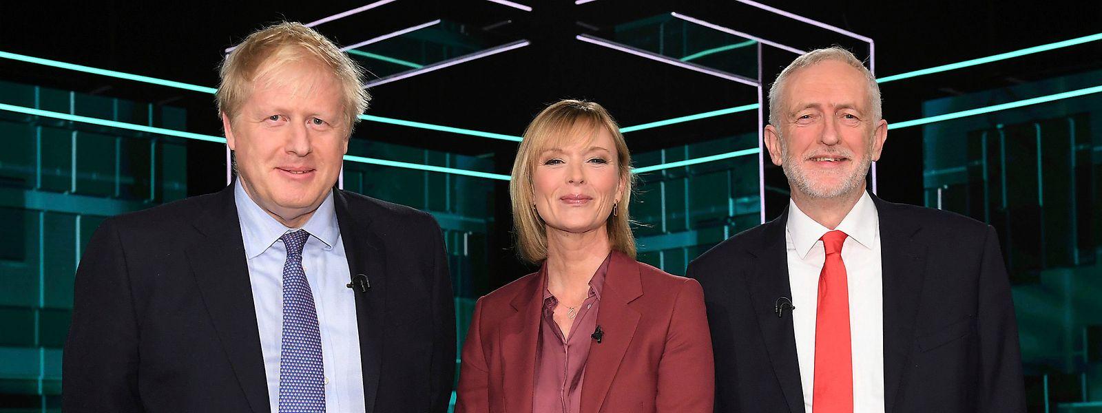 Auf diesem vom ITV herausgegebenen Foto, stehen Boris Johnson (l), Premierminister von Großbritannien, und Jeremy Corbyn, Vorsitzender der Labour Partei in Großbritannien, neben der Richterin Julie Etchingham, vor dem im Fernsehen live übertragenen, im Rahmen des Wahlkampfs stattfindenden TV-Duell zusammen.