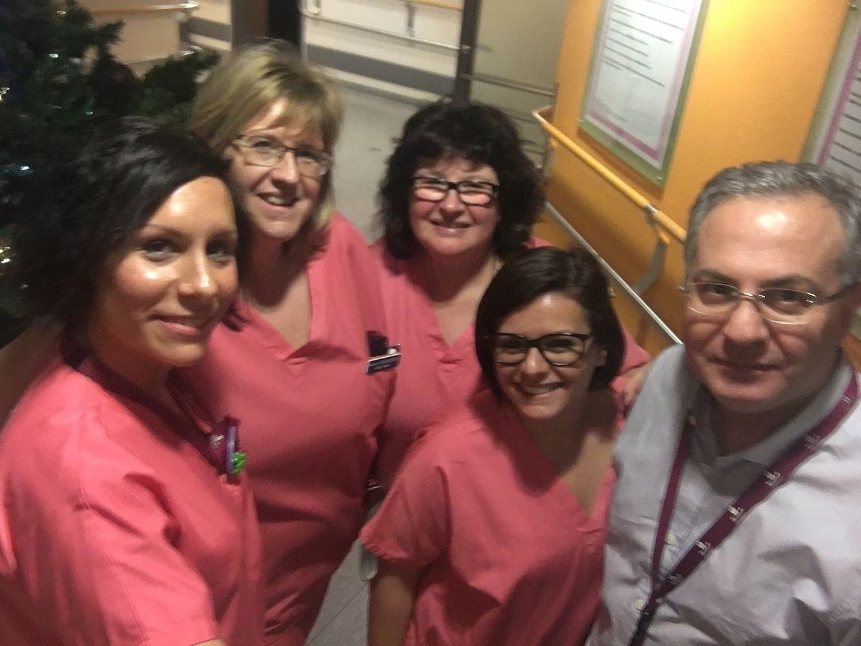 A la maternité du Centre Hospitalier Emile Mayrisch d'Esch-sur-Alzette. Quatre sage-femmes et le Dr. Djahansouzi ont souhaité la bienvenue au premier nouveau-né de l'année 2017.