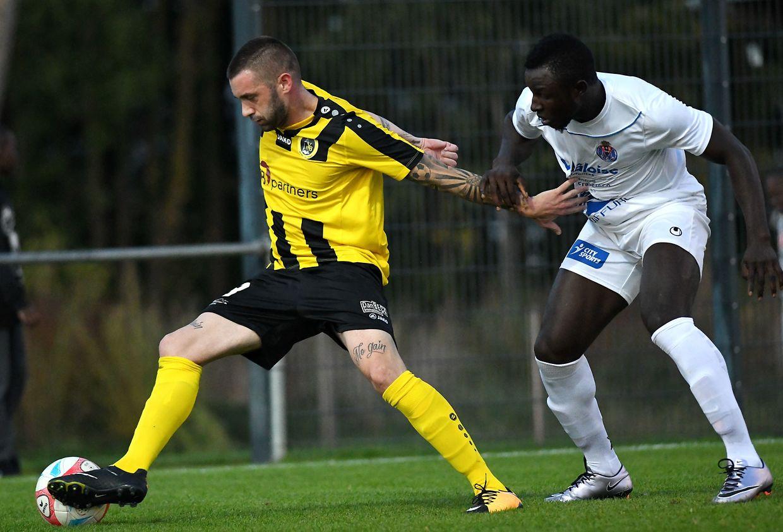 Levy Rougeaux (à g., Weiler) protège son ballon sous la menace de Jesualdo Ferreira (ASL-Porto, en maillot blanc)