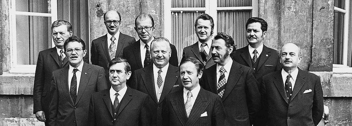 Die DP-LSAP-Regierung Thorn-Vouel. V.l.n.r.: 1. R.: Raymond Vouel, Gaston Thorn; 2. R.: Robert Krieps, Joseph Wohlfart, Marcel Mart, Emile Krieps; 3. R.: Albert Berchem, Guy Linster, Jean Hamilius, Maurice Thoss, Benny Berg.