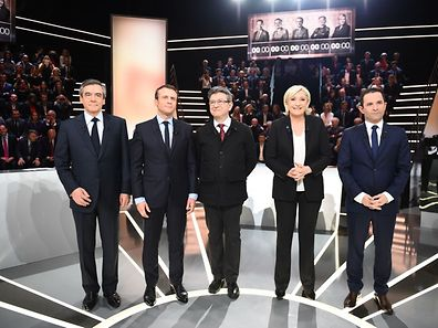 (LtoR) French presidential election candidates, right-wing Les Republicains (LR) party Francois Fillon, En Marche ! movement Emmanuel Macron, far-left coalition La France insoumise Jean-Luc Melenchon, far-right Front National (FN) party Marine Le Pen, and left-wing French Socialist (PS) party Benoit Hamon, pose before a debate organised by the French private TV channel TF1 on March 20, 2017 in Aubervilliers, outside Paris.      / AFP PHOTO / POOL AND AFP PHOTO / Eliot BLONDET
