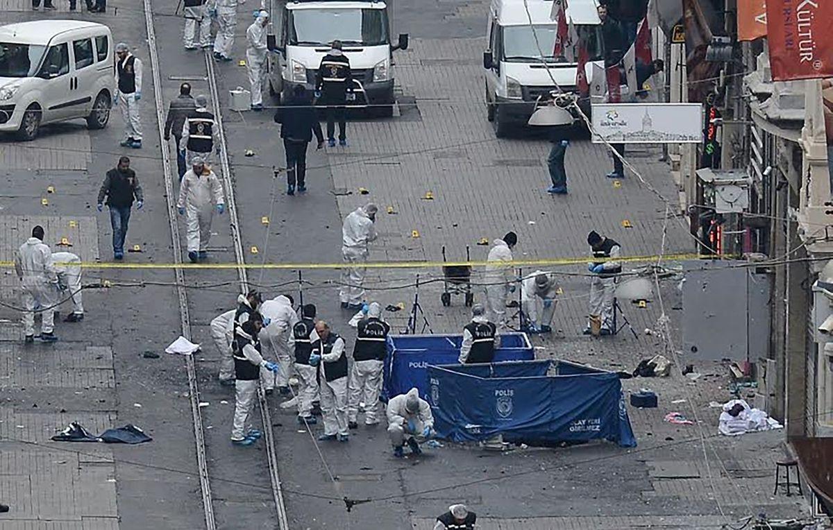 La police enquête sur le lieu de l'attentat-suicide. L'auteur a été lui aussi tué par la déflagration.