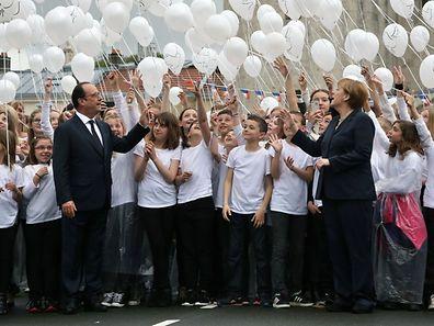 Auch Jugendliche aus Deutschland und Frankreich haben an der Zeremonie in Verdun teilgenommen.