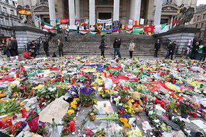 Par petits groupes, ils ont déposé des bougies, entonné des chants et rendu hommage en silence aux victimes