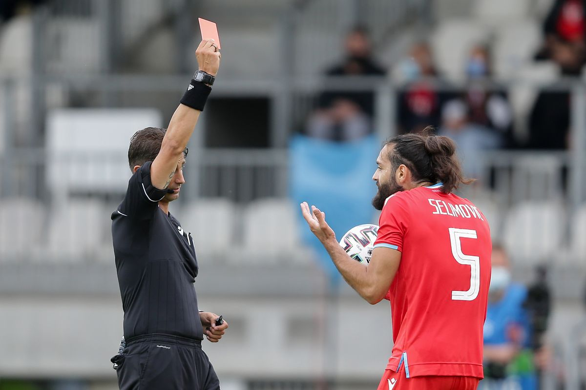 Schiedsrichter Eldorjan Hamiti zeigt Vahid Selimovic nach einer Notbremse die Roten Karte.