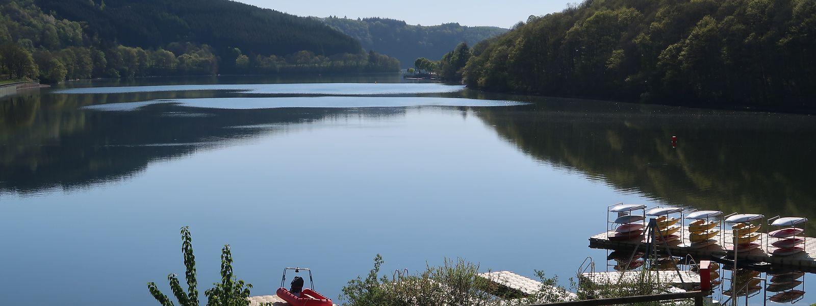 Der Obersauer-Stausee ist bei angenehmer Witterung stets ein sehr beliebtes Ausflugsziel. An sonnigen Wochenenden mögen sich schon mal bis zu 10.000 Besucher rund um das Badegewässer einfinden.