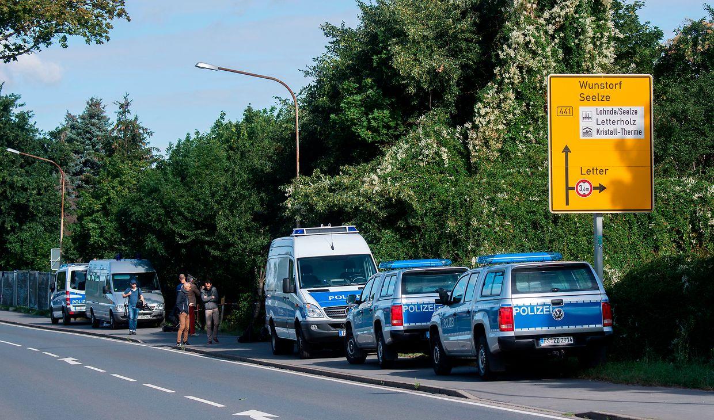 Fahrzeuge der Polizei stehen an einer Kleingartenanlage in der Region Hannover.