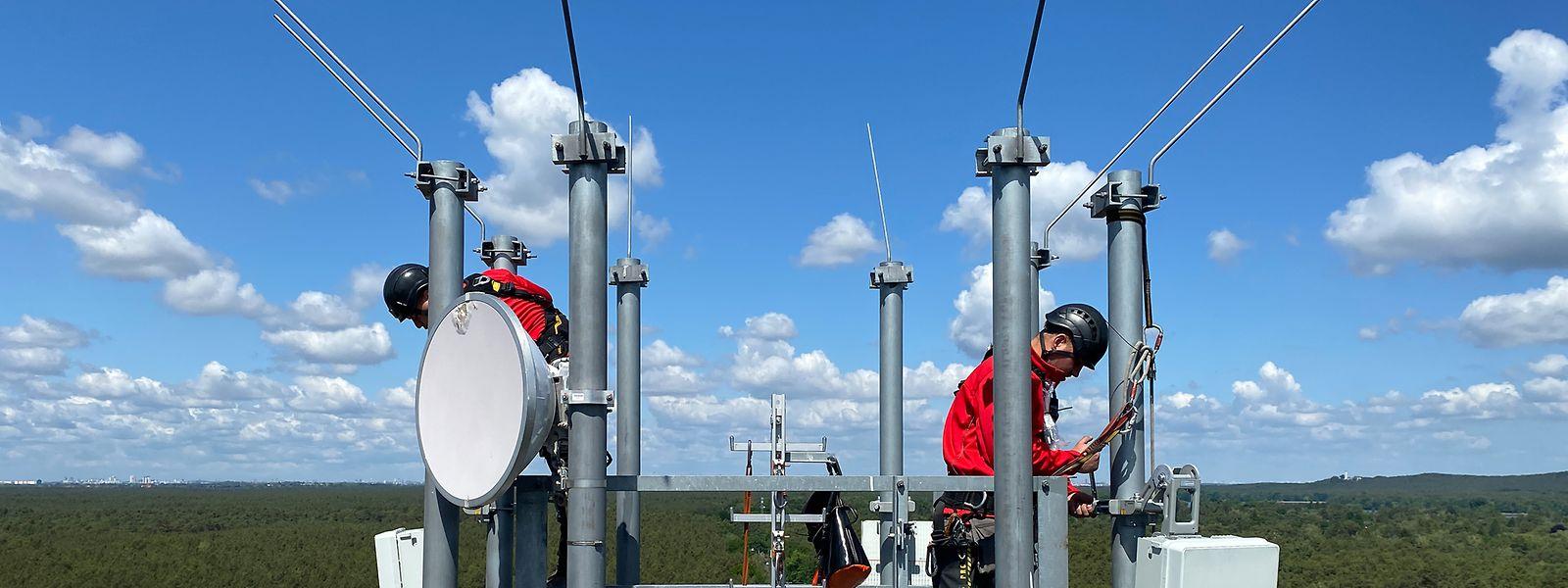 Im Nachbarland Deutschland geht es richtig los: Dort werden bereits die Antennen für das Mobilfunknetz der fünften Generation auf Funkmasten montiert.