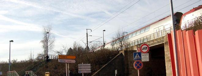 Obwohl drittgrößte Stadt des Landes, müssen sich die Bahnfahrer in Differdingen mit einer simplen Haltestelle zufriedengeben.