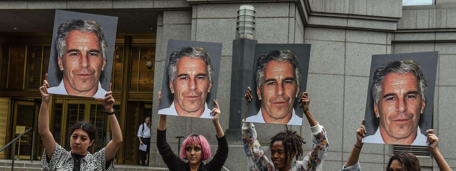 Frauen protestieren im Juli 2019 vor dem Bundesgericht in New York gegen Jeffrey Epstein. Der US-Millionär starb im August 2019 in Haft, offenbar durch Suizid.