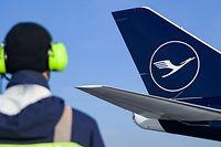 ARCHIV - 08.02.2018, Hamburg: Eine Fluglotse steht vor einer Boeing 747-8 der Lufthansa auf dem Helmut-Schmidt-Flughafen. (zu dpa Schlichter erwarten schwierigen Flug-Sommer - Lufthansa rüstet auf) Foto: Axel Heimken/dpa +++ dpa-Bildfunk +++