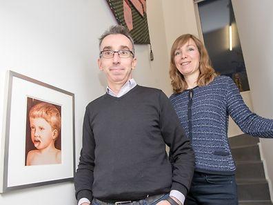 """Leben inmitten Kunst ist für Patrick und Stephanie Majerus Alltag – und eine Prise Humor darf es dabei durchaus sein, wie hier mit Wilhelm Schürmanns """"Kleiner Kotzer"""" aus dem Jahr 1982."""