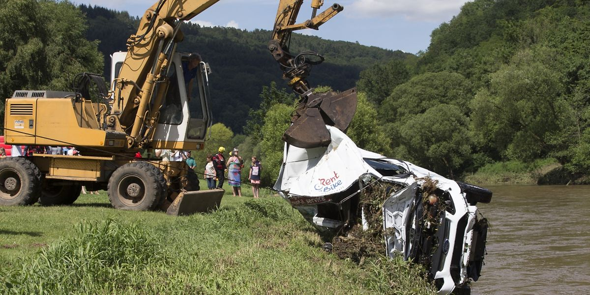 Rettungskräfte bargen neun Autos, die von der Schwarzen Ernz in die Sauer gespült worden waren.