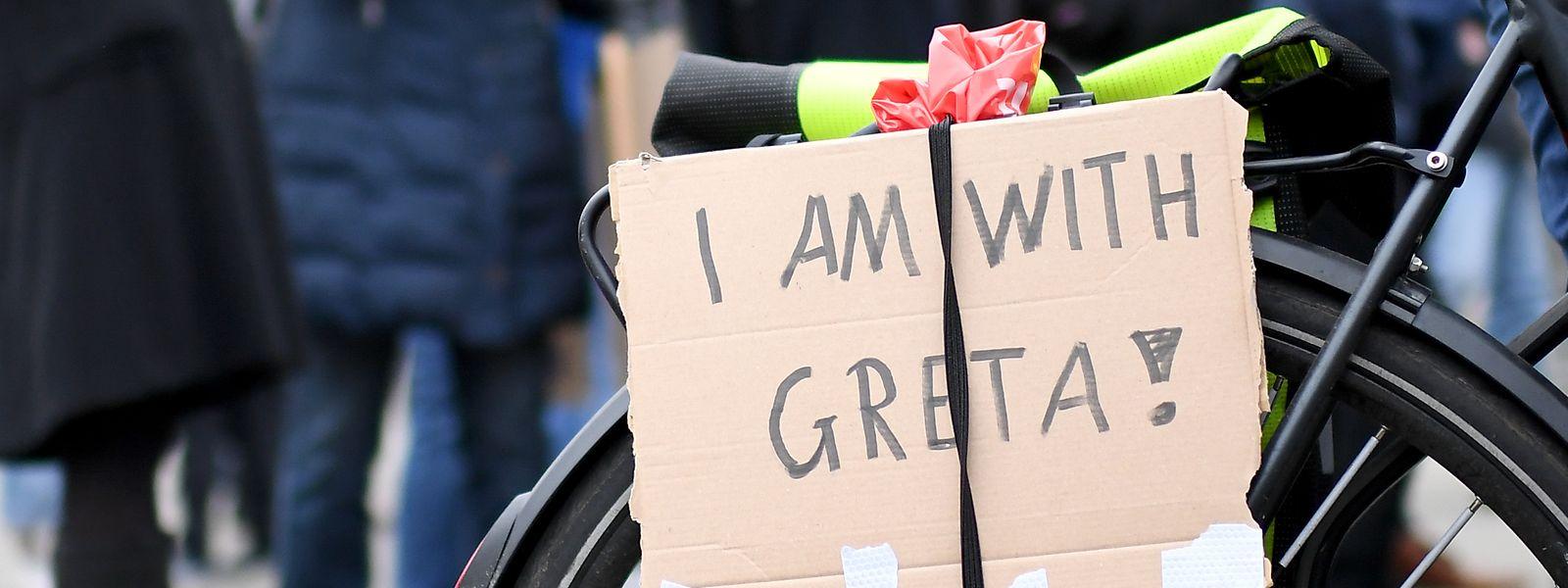"""Ein Schüler protestiert mit einem Schild mit der Aufschrift """"I am with Greta"""", in Anspielung auf die schwedische Klimaaktivistin Greta Thunberg auf einer Demonstration für den Klimaschutz in Hamburg."""