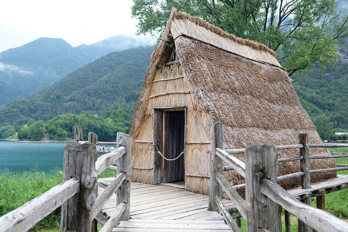 Die sogenannte Schamanenhütte des Pfahlbaumuseums wurde in den 1970er-Jahren gebaut.