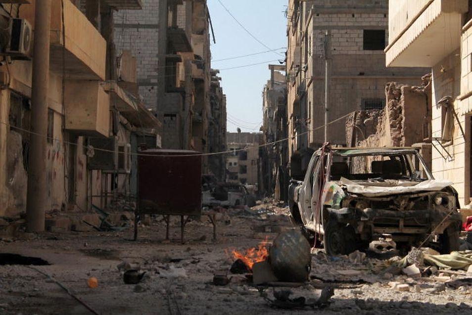 Eine zerbombte Straße im Stadtteil Jubaila von Amers Heimatstadt Dair as-Saur. Die Aufnahme stammt von 2013. Seit der IS im Juni 2015 in die Stadt einfiel, hat sich die Situation weiter zugespitzt.