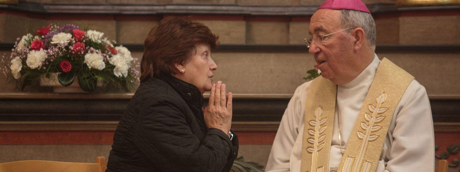 Dom Jorge Ortiga escuta uma fiel durante uma confissão, na igreja de Niederwiltz.