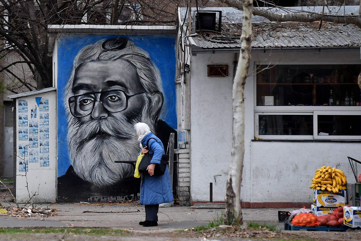 Um grafiti do ex-líder dos sérvios bósnios, em Belgrado. Karadzic ainda é considerado um 'herói' entre os sérvios ortodoxos.