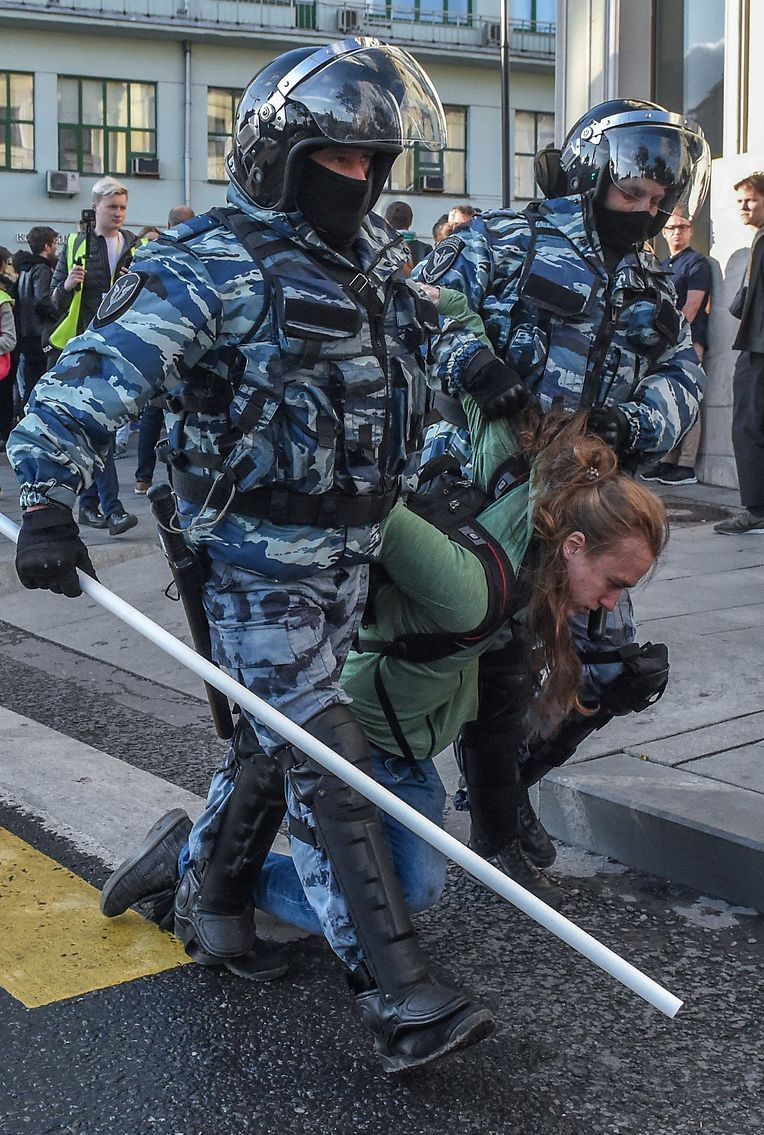 Servicemen of the Russian special police forces detain a man after a rally urging fair elections in central Moscow on August 10, 2019. - Thousands of opposition supporters rallied in Moscow on August 10 after mass police detentions at recent protests that have been among the largest since President's return to the Kremlin in 2012. On a rainy afternoon, protesters huddled under umbrellas on the central Prospekt Andreya Sakharova street, where city authorities had given permission for the rally to take place. (Photo by Vasily MAXIMOV / AFP)