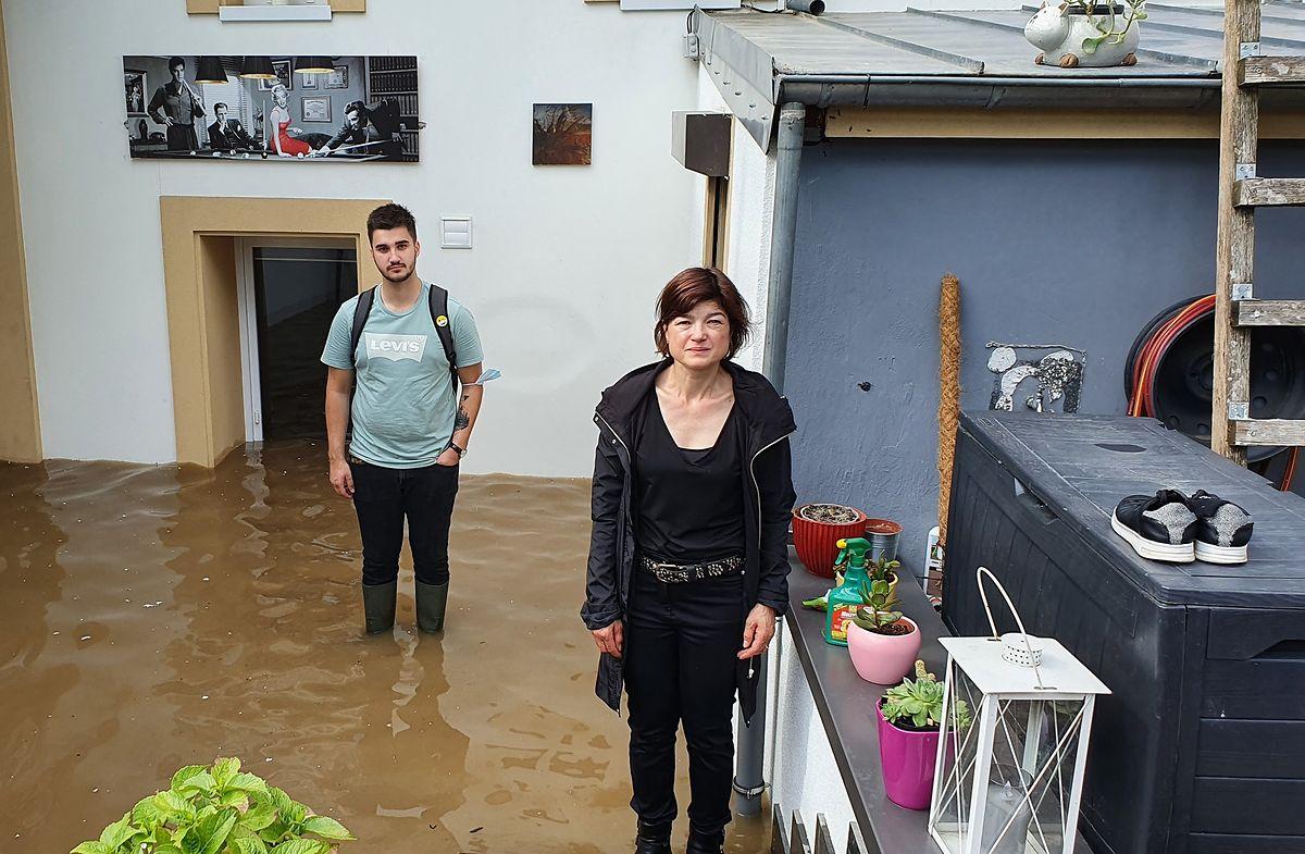 Laurinda e Gil junto à sua casa inundada em Echternach