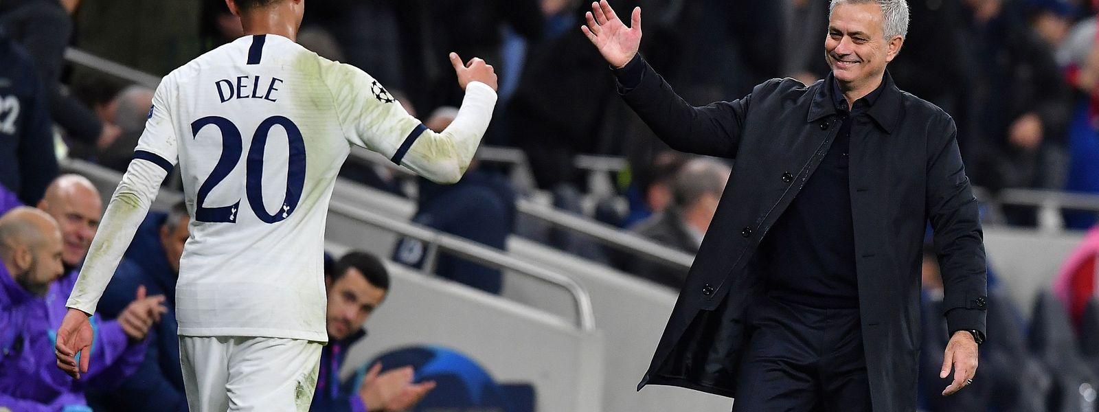 José Mourinho salue Dele Alli lors de sa sortie contre l'Olympiakos