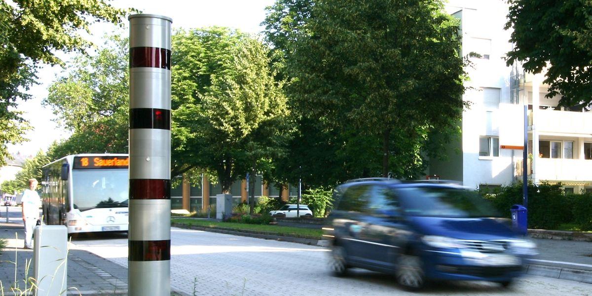 Die Radargeräte sind silberne Türme mit roten Querstreifen.