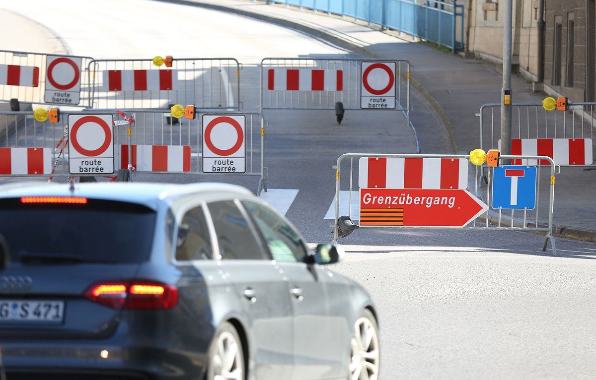 Deutschland kontrolliert seit 16. März wieder an den Grenzen zu Luxemburg, was teilweise massive Staus zur Folge hat. In Remich wird die Verbindungsstraße nach Perl am 24. März mit physischen Barrieren blockiert, auch andere kleinere Grenzübergänge nach Deutschland schließen.