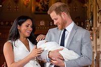 Die frisch gebacken Eltern zeigten am Mittwoch stolz ihren Nachwuchs im St George's Hall auf Schloss Windsor.