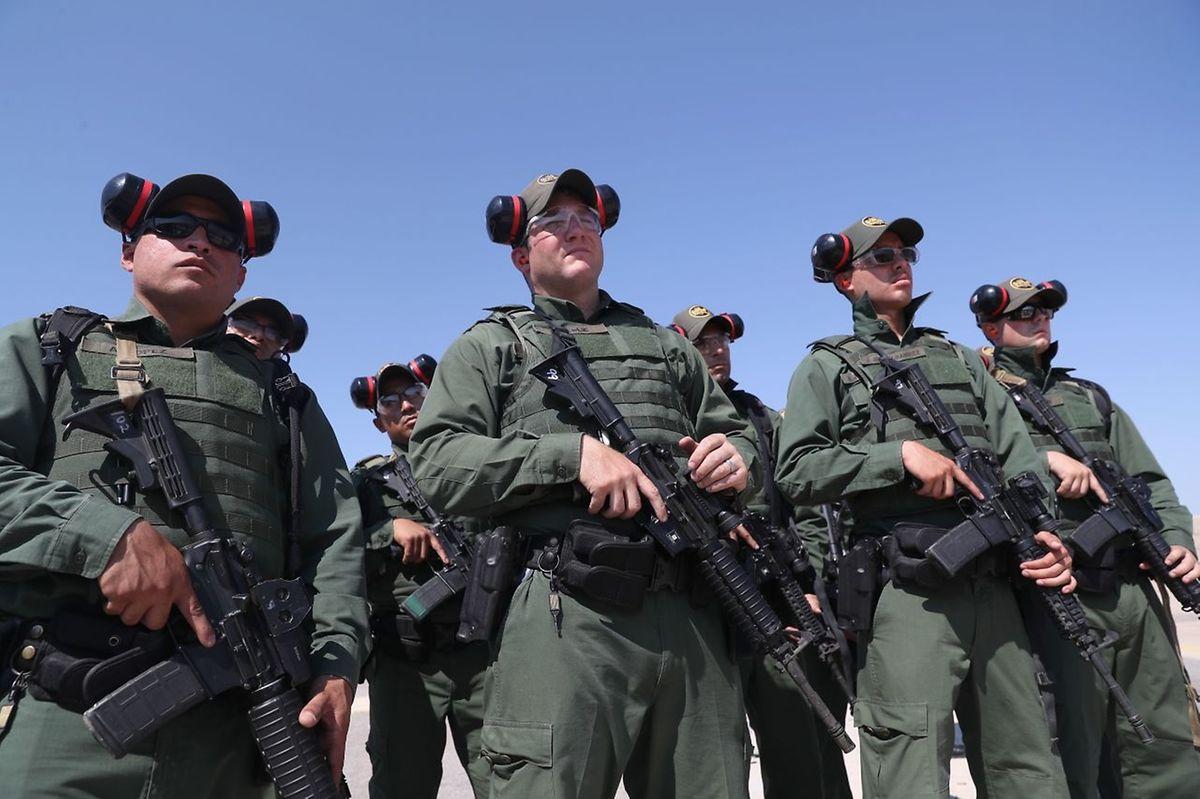 New Mexico: Angehende Grenzschützbeamte trainieren mit M-4 Gewehren. Es ist Teil einer mehrmonatigen Ausbildung vor dem Einsatz an der amerikanisch-mexikanischen Grenze.