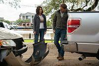 Miranda (Katie Holmes, l.) und Bray (Josh Lucas) treffen offenbar nicht zufällig aufeinander. Hier hat das Universum seine Finger im Spiel.