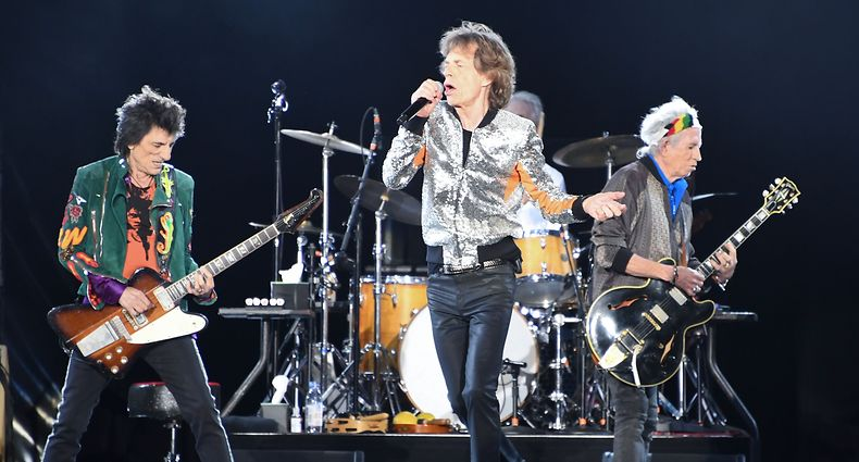 Members of US band the Rolling Stones, Ron Wood (l-r), Mick Jagger, Charlie Watts (hidden) and Keith Richards perform on September 9, 2017 im Stadtpark in Hamburg during Rolling Stones-Europatour «Stones - No Filter».  / AFP PHOTO / dpa / Carsten Rehder / Germany OUT