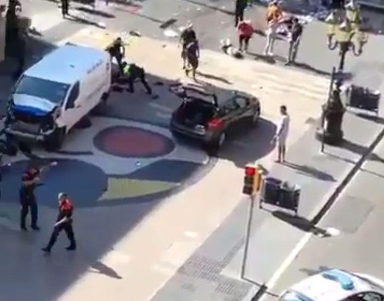 Ein weißer Lieferwagen soll absichtlich in eine Menschengruppe gerast sein.