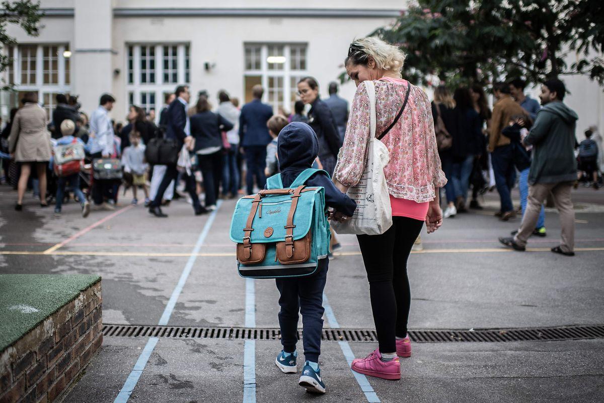 Une image classique ce lundi matin dans les cours d'école wallonnes et lorraines. Au Luxembourg, il faudra encore attendre.