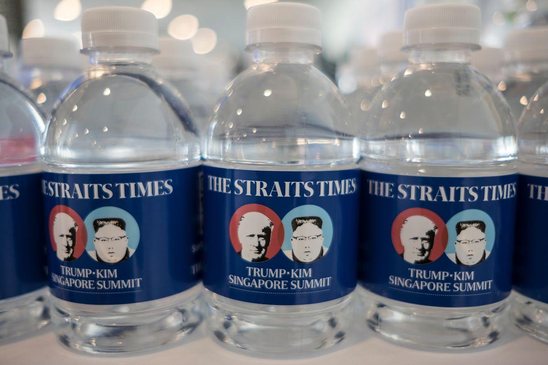 Die Konterfeis von US-Präsident Trump und dem nordkoreanischen Machthaber Kim sind auf Wasserflaschenetiketten abgebildet, die im Pressezentrum für Journalisten bereit stehen.