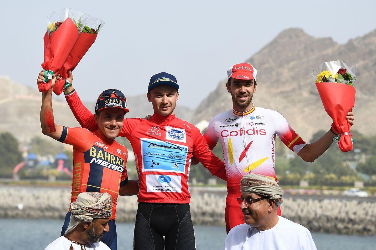 Le podium final du Tour d'Oman 2019: de gauche à droite, l'Italien Domenico Pozzovivo (2e), le Kazakh Alexey Lutsenko (vainqueur) et l'Espagnol Jesus Herrada (3e)