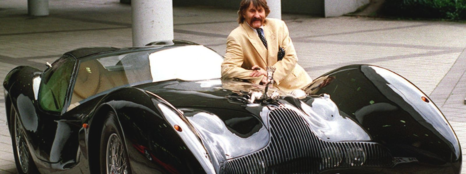 "Der Designer Luigi Colani mit seinem ""Horch-Colani""."