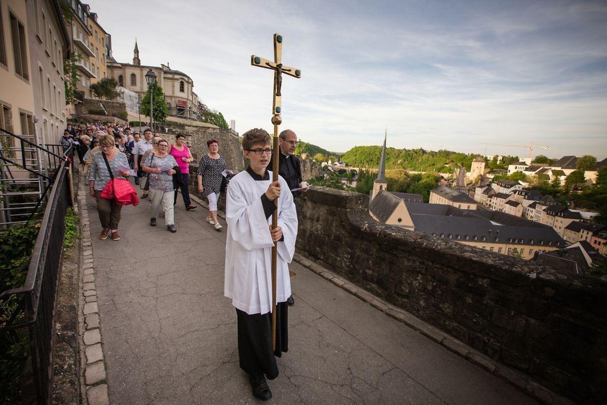 """Lichterprozession von der Kirche St.-Michel, über die """"Corniche"""", zur Kathedrale mit Andacht und eucharistischem Segen"""