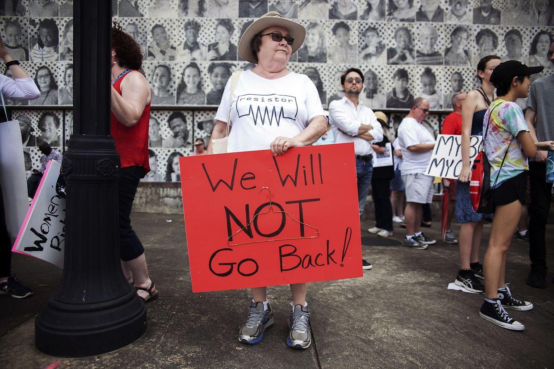 """""""Não vamos voltar atrás"""". lê-se no cartaz"""