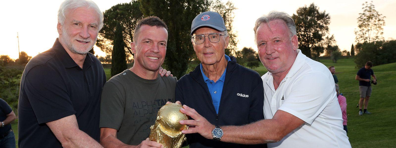 Andreas Brehme (r.) organisierte zusammen mit Rudi Völler, Lothar Matthäus und Franz Beckenbauer (v.ln.r.) in der Toskana ein Treffen der Weltmeister von 1990.
