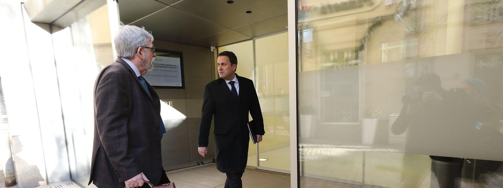 Premier Xavier Bettel und Jeannot Waringo auf dem Weg ins Parlament.