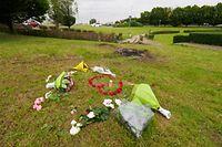 Am Unglücksort wurden Blumen für die beiden Todesopfer hinterlegt.