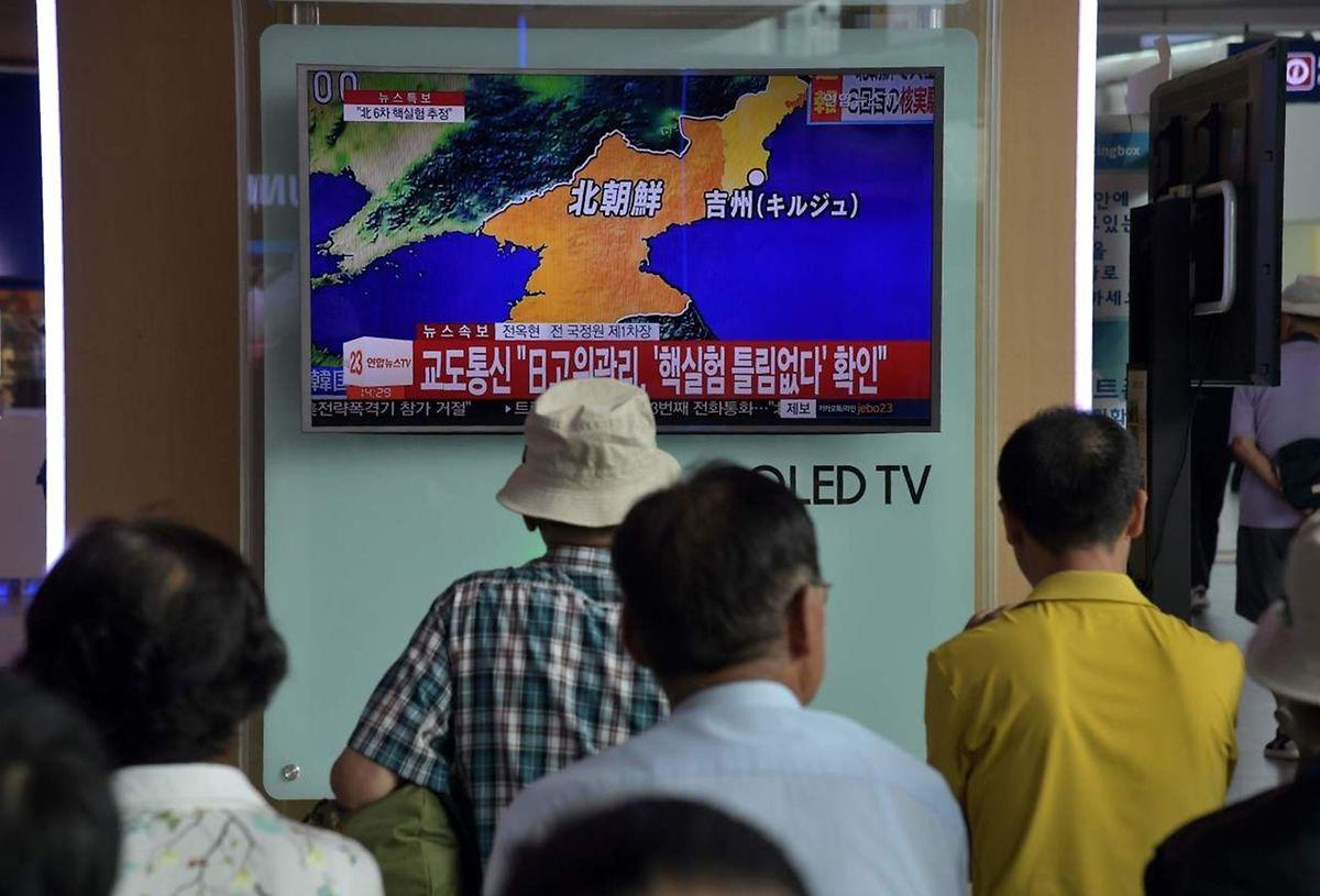 Menschen in einem Bahnhof in Seoul, Südkorea, schauen den jüngsten Nachrichten im Fernsehen um den möglichen Nukleartest von Nordkorea.