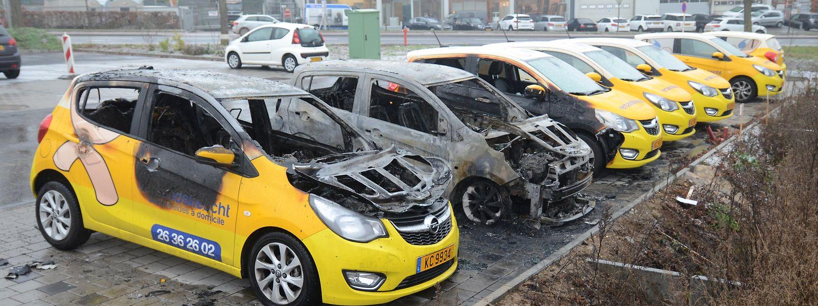 Bei dieser Brandstiftung am 11. Januar in Alzingen brannten zwei Autos vollständig aus, zwei weitere wurden schwer beschädigt.