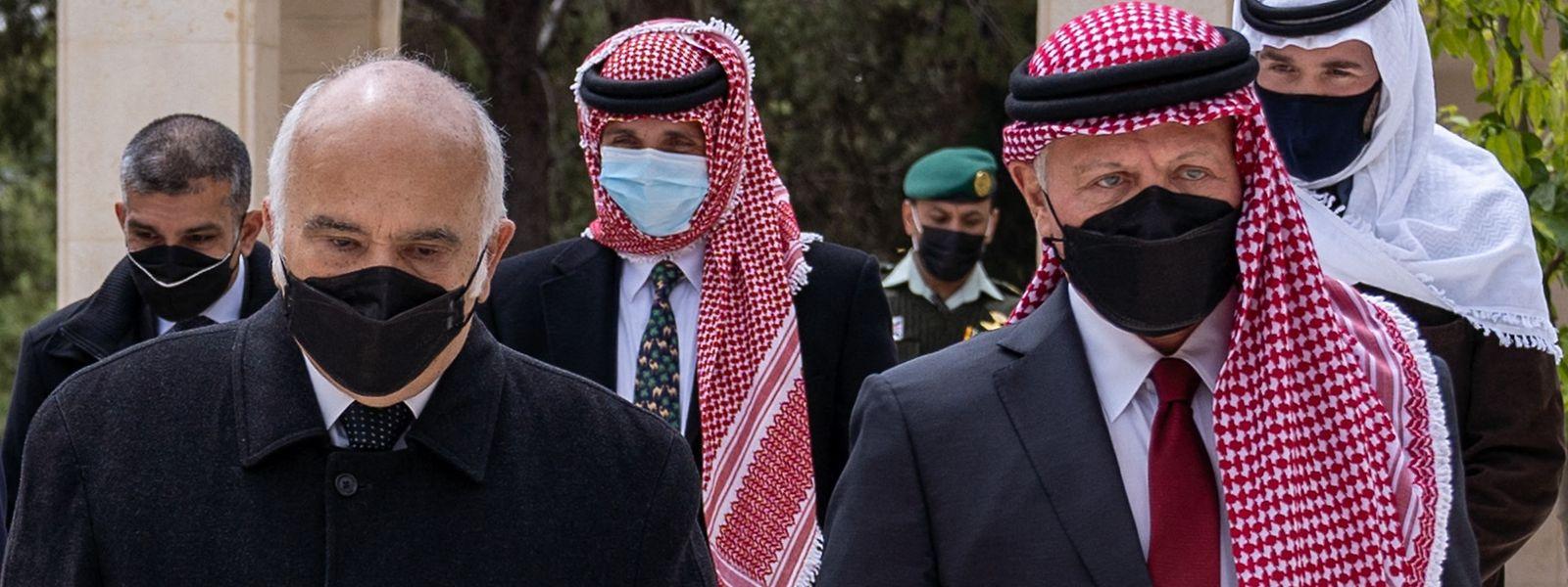 In Jordanien sind König Abdullah II (r.)  und Prinz Hamsa (Mitte) zum ersten Mal seit einer Palastfehde wieder gemeinsam aufgetreten.