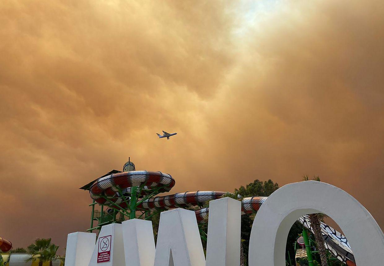 Rauch zieht über die Freizeitanlagen an einem Hotelkomplex in der türkischen Urlaubsregion Antalya.