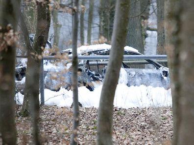 Ausgebrannt und zurückgelassen: Nach einem Unfall gaben die Täter einen Fluchtwagen auf.