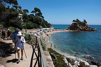 """(FILES) In this file photo taken on July 05, 2020 People enjoy a day out at the beach in Platja D�Aro near Girona on July 5, 2020. - Spain will allow all vaccinated travellers to visit the country from June 7, Prime Minister Pedro Sanchez said on May 21, 2021, as the tourism hotspot aims to revive its virus-battered travel industry.  """"From June 7, all vaccinated people and their families will be welcome in our country, Spain, regardless of their country of origin,"""" Sanchez said at an international tourism fair in Madrid. (Photo by Josep LAGO / AFP)"""